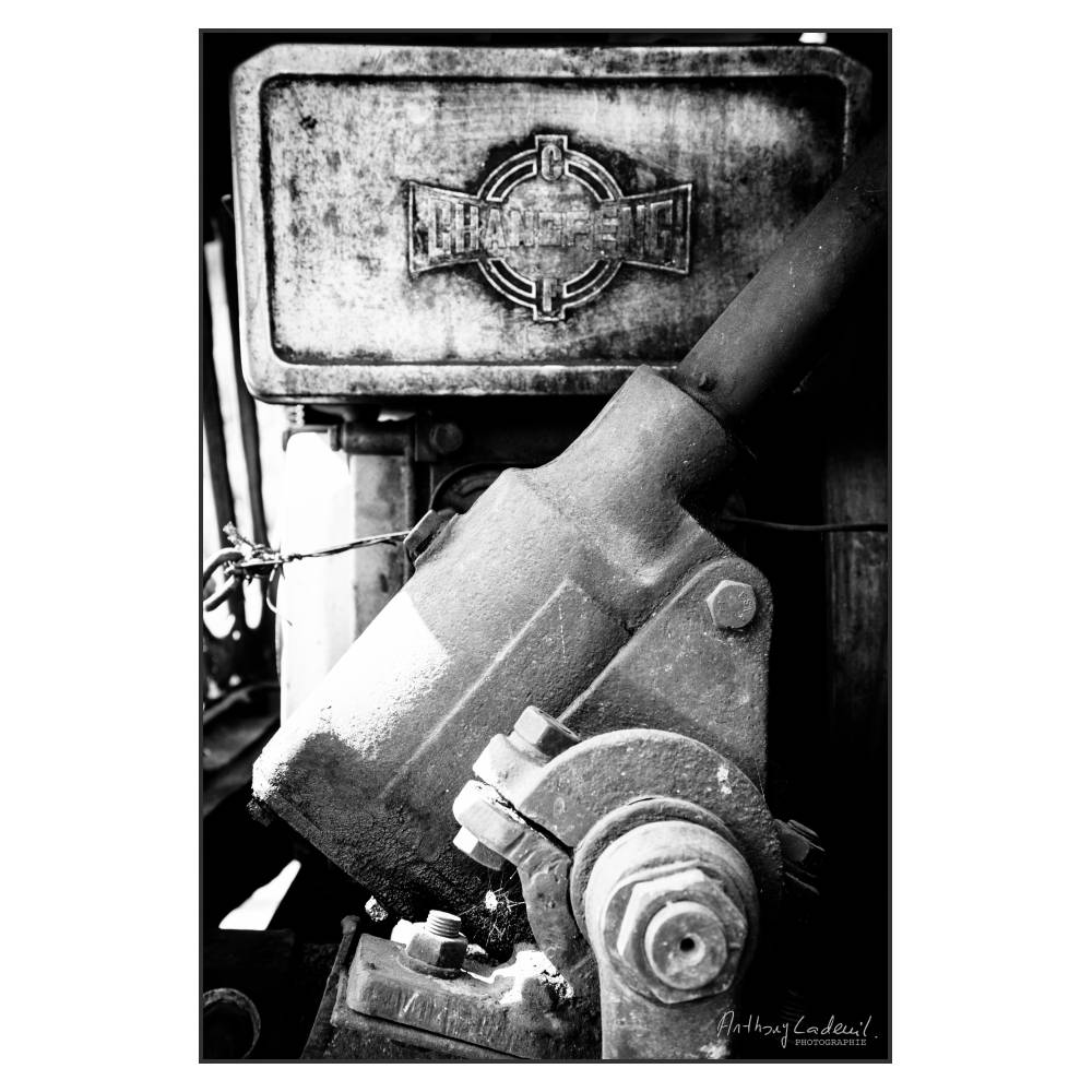 gros plan sur le moteur d'un camion chinois ancien de marque Changfeng